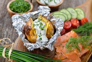 Heiße Ofenkartoffel mit Schnittlauch-Rahm und Lachs