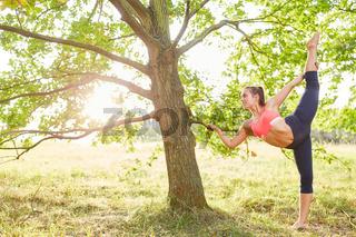 Sportliche Frau macht eine gesunde Dehnübung