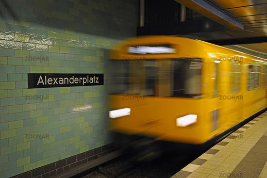 Berliner U Bahn faehrt auf dem Bahnhof Alexanderplatz ein, Deuts
