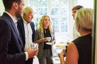 Business Leute beim Smalltalk in der Kaffeepause