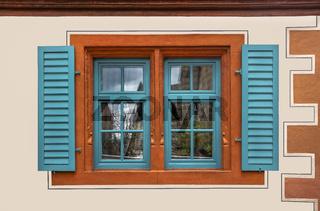 Farbiges Fenster eines restaurierden Hauses