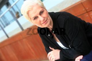 weißhaarige Frau über 50