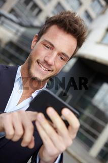 Mann navigiert mit Smartphone