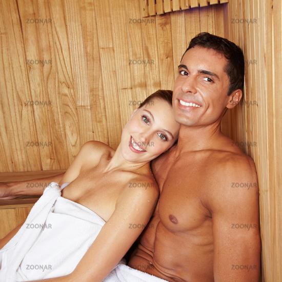 Attraktives Paar in der Sauna