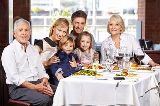 Portrait einer Familie am Esstisch