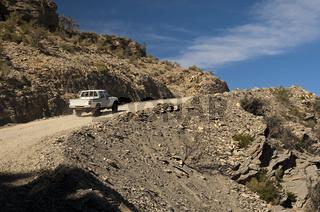 Pickup auf einer Naturpiste auf der Auffahrt zum Pass Sharaf al Alamayn