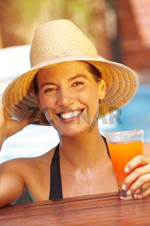 Lachende Frau mit Strohhut