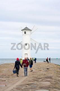Touristen an der Mühlenbake dem Wahrzeichen von Swinemünde in Polen