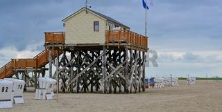 Pfahlbauten Restaurant Die Seekiste auf Stelzen am Sandstrand an der Nordsee in St. Peter-Ording