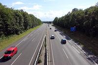 wenig Verkehr auf der Autobahn 553 vor dem Bliesheimer Kreuz, im Hintergrund die Eifel
