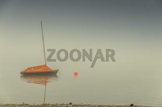 Segelboot im Nebel auf dem Bodensee, Allensbach, Baden-Württemberg, Deutschland
