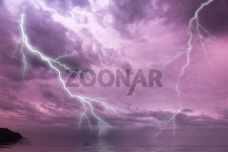 Blitze über dem Meer mit dramatischem Himmel