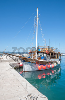 Ausflugsschiff in Baska Voda