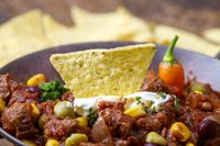 leckere Chili con Carne auf Holz