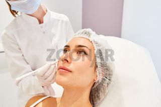 Patientin bekommt Hautfüller aus Hyaluronsäure