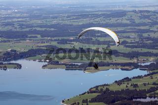Paraglider über dem Forggensee