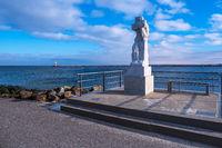 Skulptur Große Stehende auf der Mole an der Ostseeküste in Warnemünde