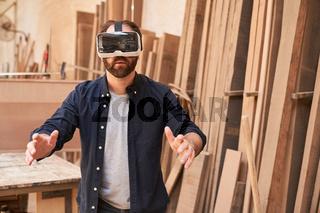 Handwerker mit VR-Brille in Virtual Reality  Werkstatt