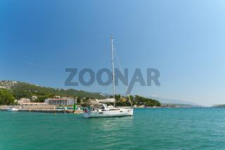 Segelyacht im Hafen der Stadt Rab an der Adria in Kroatien