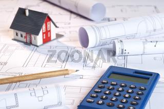 Baupläne, Architekturmodell und Taschenrechner