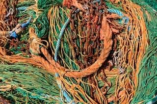 Altes Fischernetz mit Tau und Ketten