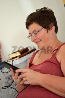 Frau mit ihrem eBook