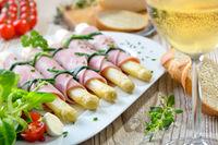 Ham rolls with asparagus
