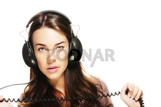 junge frau hört musik und hält kabel