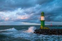 Mole und Molentürme an der Ostseeküste in Warnemünde