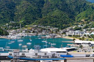 Kleiner idyllischer Yachthafen an einem sonnigen Tag nahe Picton Neuseeland