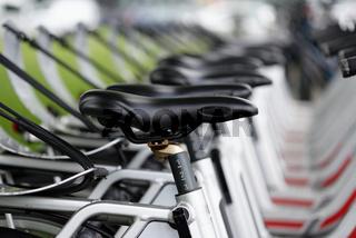 Mehrere Leihräder auf dem Bürgersteig in Köln