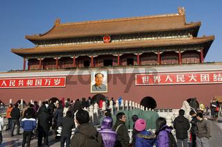 Touristen drängen sich am Tor des himmlischen Friedens am Eingang zur Verbotenen Stadt