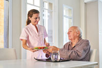 Senior wird vom Lieferdienst mit Mittagessen versorgt
