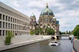Spree in Berlin mit neu errichtetem Humboldt Forum und Berliner Dom