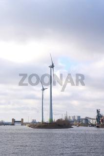 Industrie und Windkraftanlagen im Industriehafen in Magdeburg