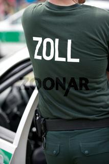 Zollbeamter an seinem Fahrzeug Customs officer at his car