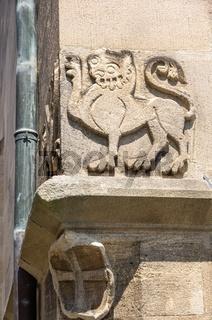 Eckstein mit heraldischen Fabelwesen