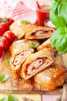 Stromboli, leckere Pizzarolle mit Salami