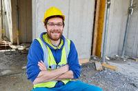 Stolzer Handwerker auf dem Rohbau einer Baustelle