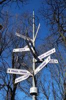 Schilder mit Entfernungen in viele Richtungen