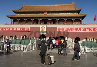 Tourist mit Koffern am Tor des himmlischen Friedens