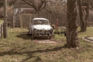 Alter Trabant auf Minigolfbahn