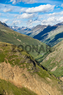 Blick Richtung Talverlauf nach Vent im Ötztal, aufgenommen in der Nähe der Vernagthütte, Österreich