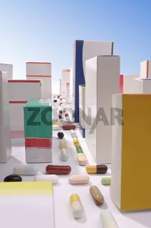 Stadt aus Tabletten und Medikamentenschachteln
