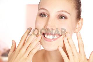 Lachende Frau spürt reine Haut