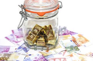 Euro Geldscheine und Goldbarren im Einweckglas