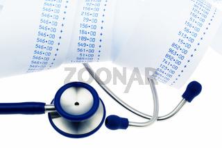 Stethoskop und Rechenstreifen