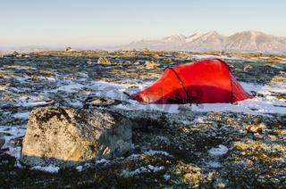 Zelt im Engerdalsfjellet mit Blick auf den Berg Rendalssoelen, Hedmark, Norwegen
