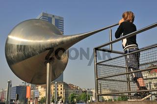 Pasionaria, Riesenmegaphon von Emilio Lopez-Menchero, av Stalingrad, dahinter Tour du Midi, höchstes Gebäude in Belgien, Gebäude der Europäischen Union, Brüssel, Belgien, Europa