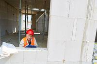 Architektin oder Baugutachterin kontrolliert Rohbau
